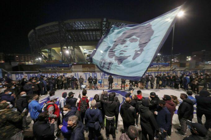 Napoli homenageia Diego Maradona
