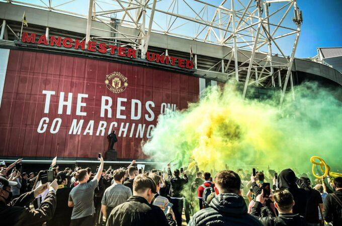 Manchester United v Liverpool: pontapé inicial adiado após protestos de torcedores no campo de Old Trafford