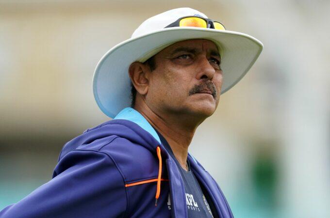 Ravi Shastri, treinador principal de críquete da Índia, teste positivo para Covid-19